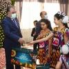 В сельском джамоате Хистеварз Бободжон Гафуровского района Лидер нации открыл Комплекс обслуживания «Гулистон» и вручил подарки детям-сиротам